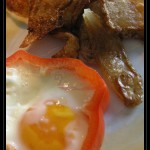 Occhio di bue in cornice di peperone con bucce di patata fritte