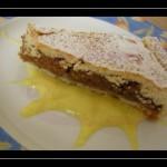 Crostata di noci e miele con salsa alla vaniglia