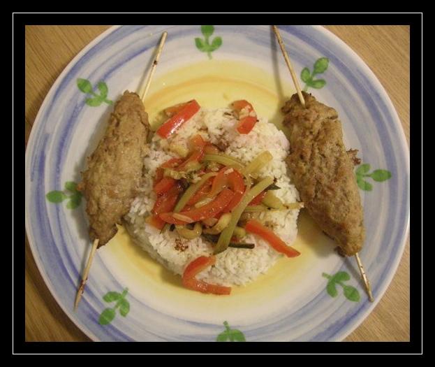 Spiedi di polpette con riso basmati e verdure saltate