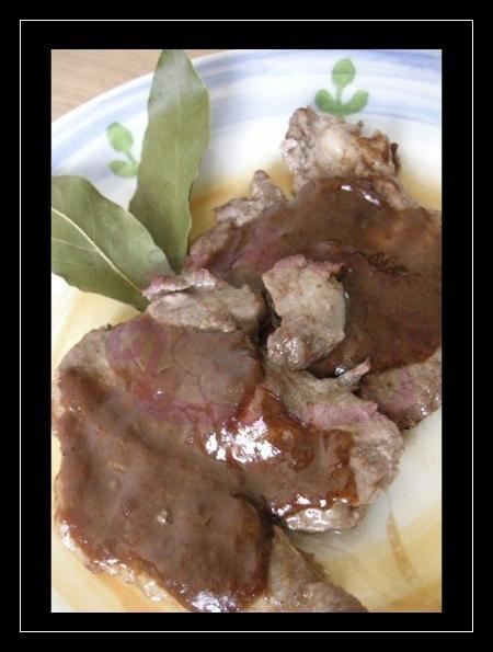 Fettine di coppa di maiale con salsa di prugne