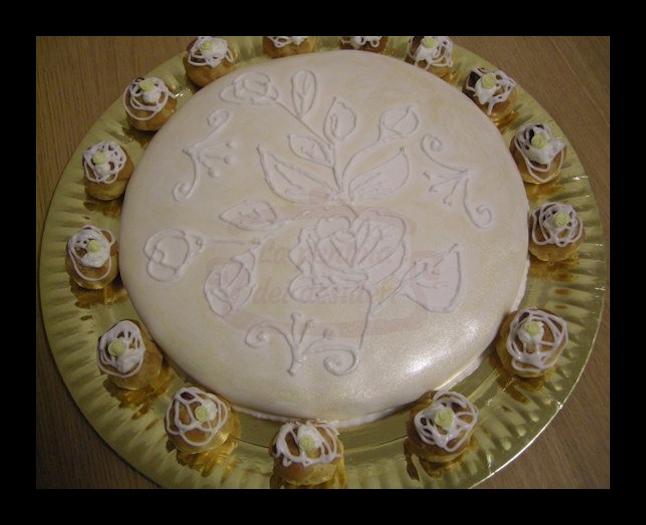 Sacher al cioccolato bianco farcita con crema al mascarpone e caffè