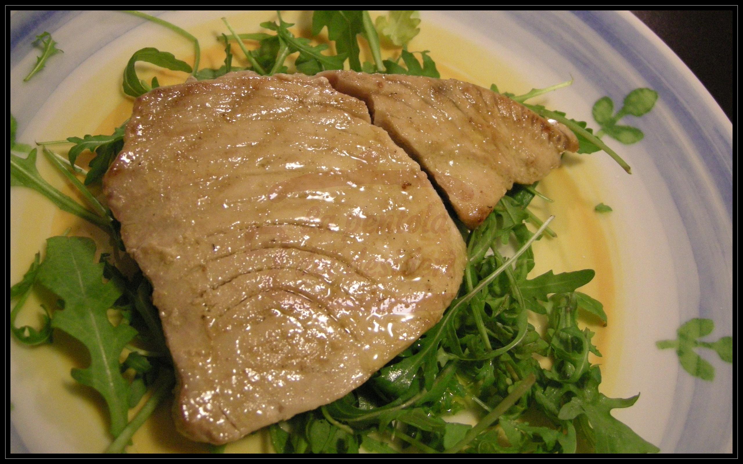 Trancio di tonno marinato su letto di rucola