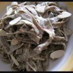Tagliatelle di grano saraceno con salsa di noci e lamelle di mandorle