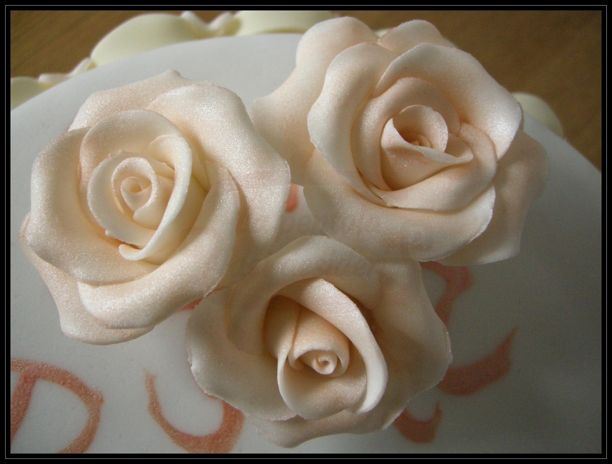 "Torta compleanno: ""Roses and billows"" (dettagli)"