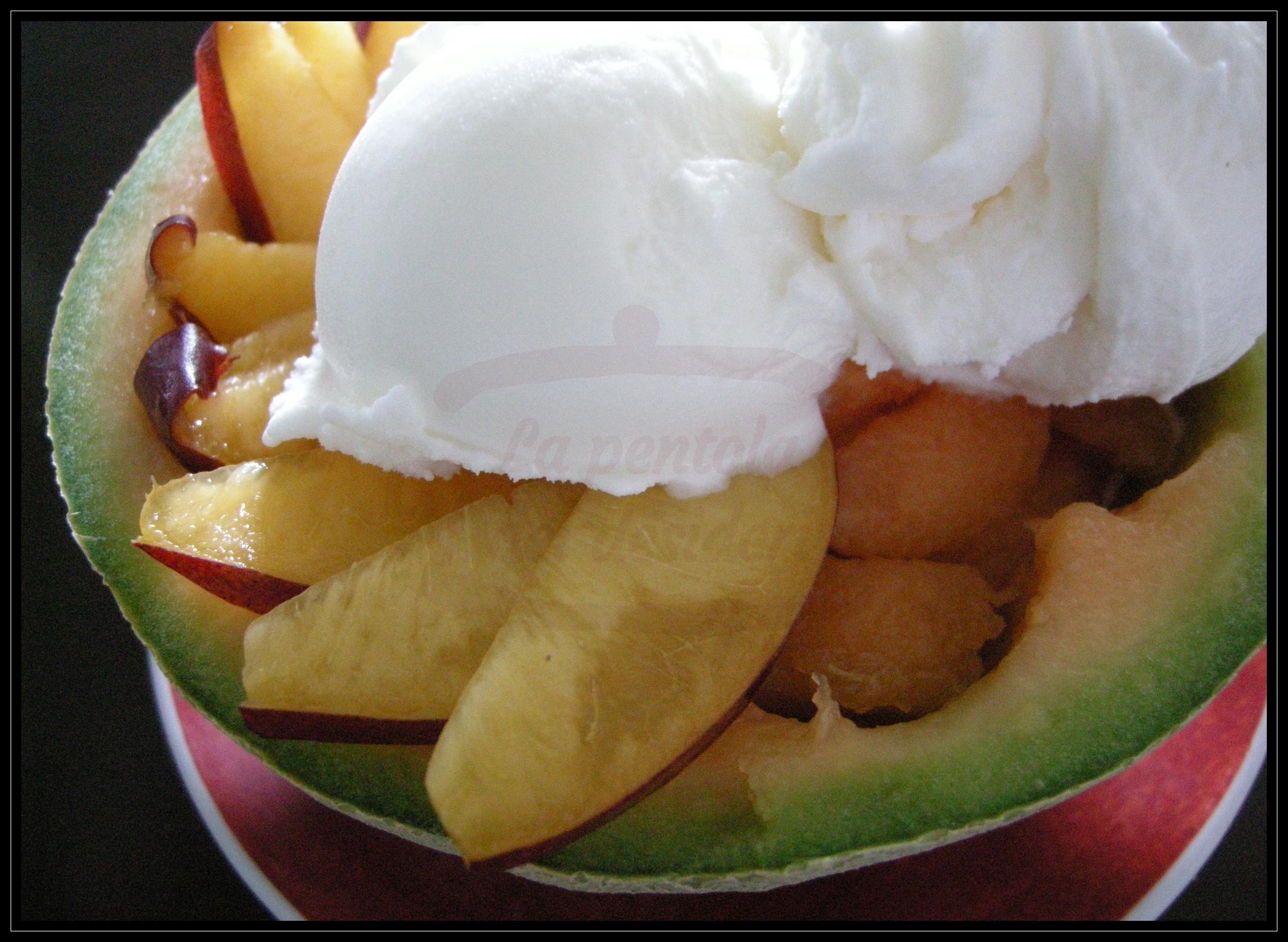 Coppa di melone e pesca noce con gelato fiordilatte