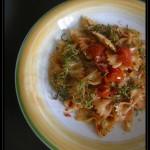 Farfalle con pomodorini pachino e fili di zucchine croccanti