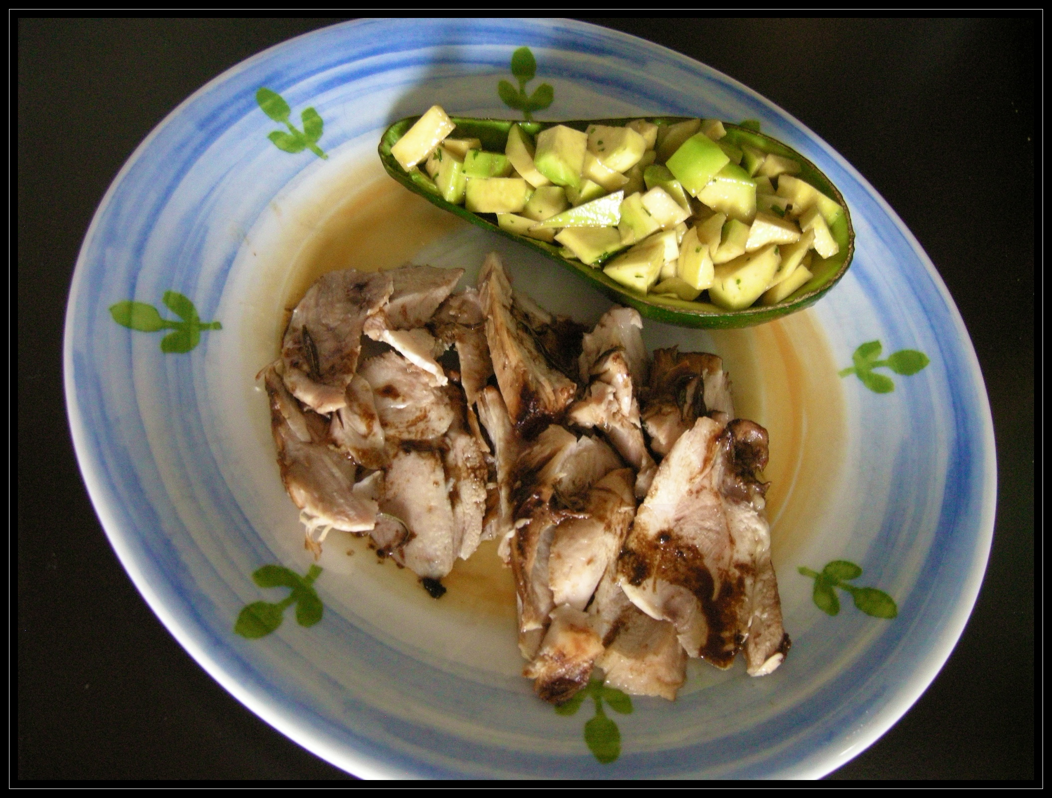 Pollo al limone ed erbe aromatiche con insalatina di avocado al basilico ed erba cipollina