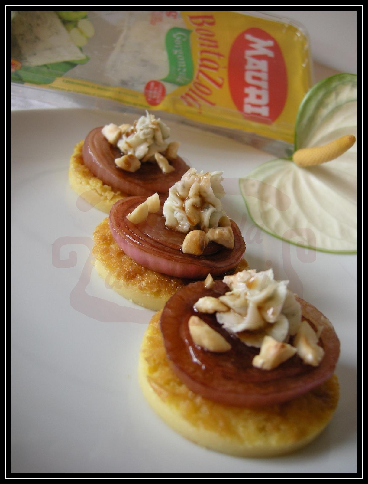 Mignon di farinata con gorgonzola, cipolle caramellate e nocciole