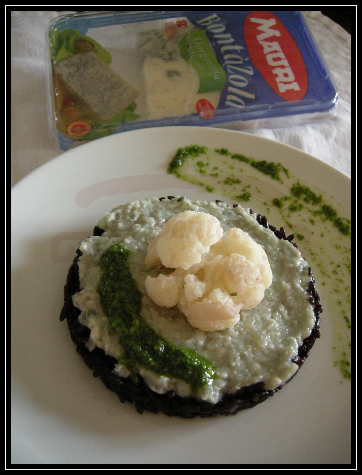 Tortino di riso venere con gorgonzola piccante e cavolfiore e pesto di rucola