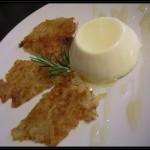 Bavarese al taleggio con rösti di topinambur e miele caldo al rosmarino