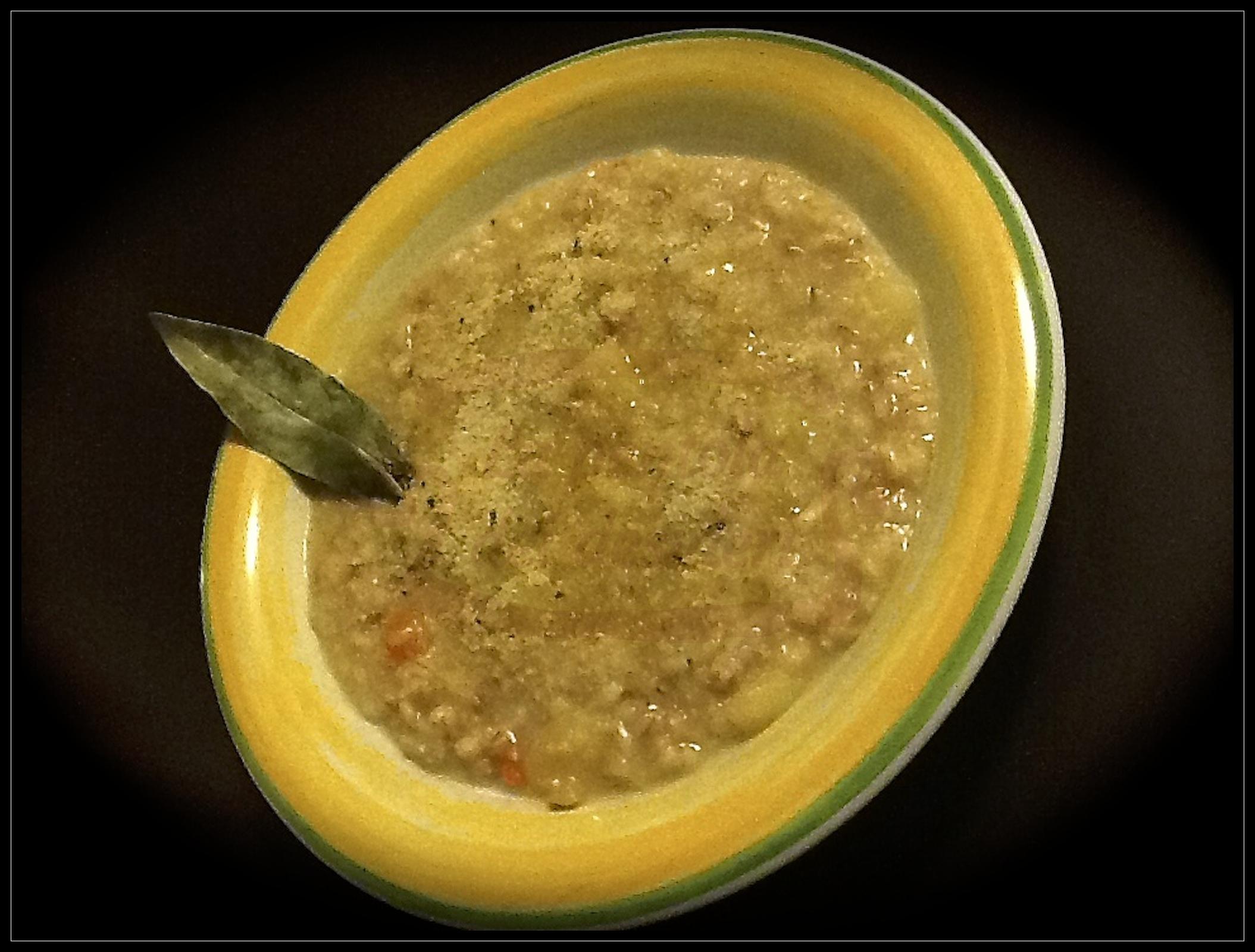 Zuppa di cereali con pesto di pane profumato agli aromi