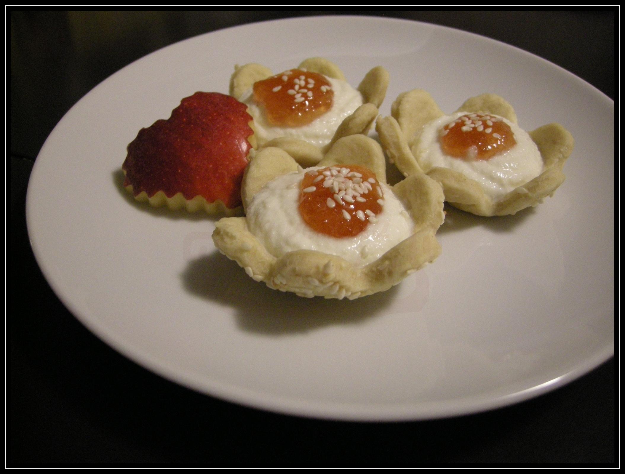 Tartelle di brisè all'olio d'oliva e sesamo con mousse di primo sale e confettura extra di mele gala