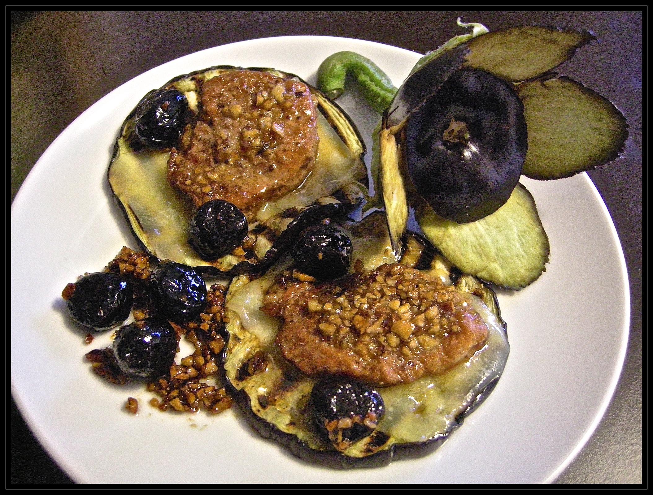 Lombino al miele, nocciole ed olive tostate su melanzana grigliata e Emmentaler